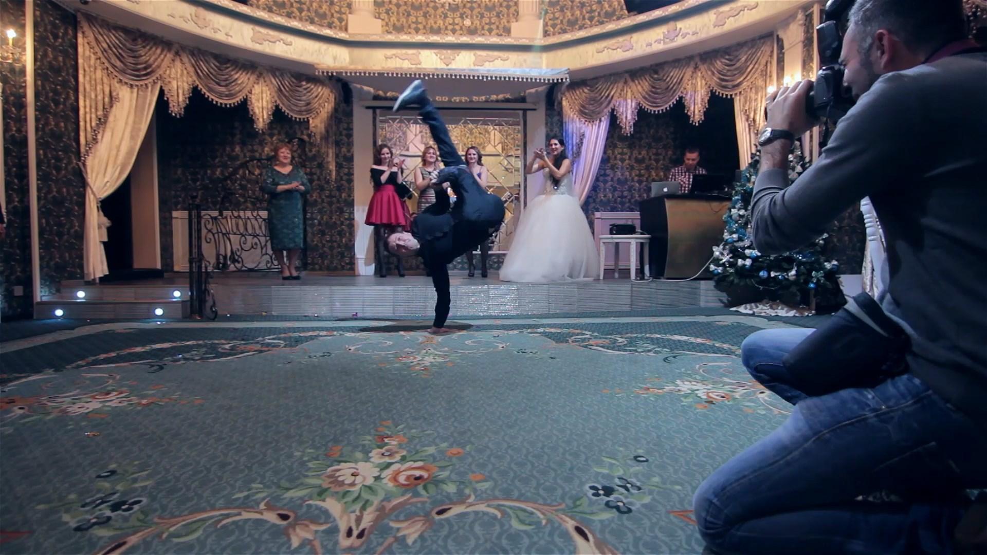Танцующий брейк-данс видеооператор на свадьбе в Тюмени